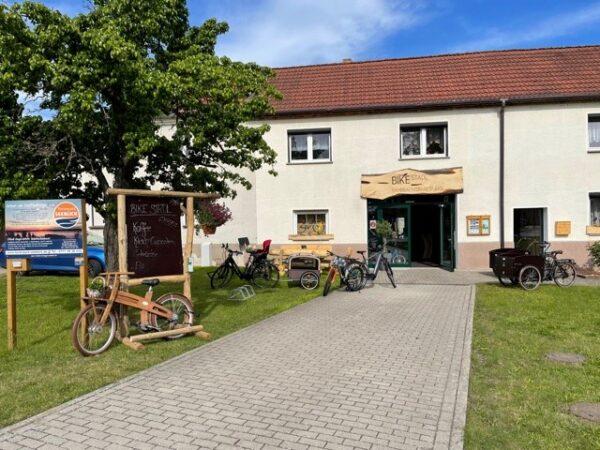 Bike Stadl E-Bike Fahrradvermietung Lausitzer Seenland Senftenberger See Dorfplatz